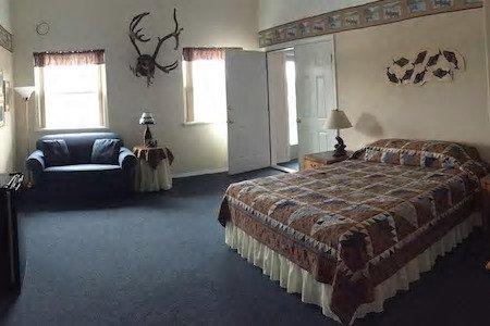 7725d7072b0f01e35f943a63dccc99577c535c3b-2-room-suite-bed